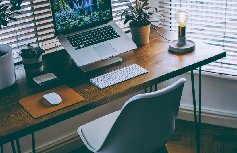 Bureau avec chaise et ordinateur