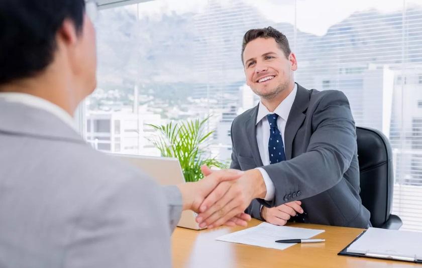 Deux hommes en entretien d'embauche