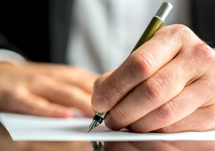 Homme rédigeant une lettre de motivation