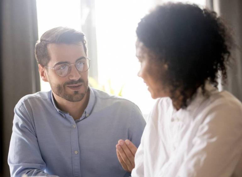 Un homme et une femme en train de discuter