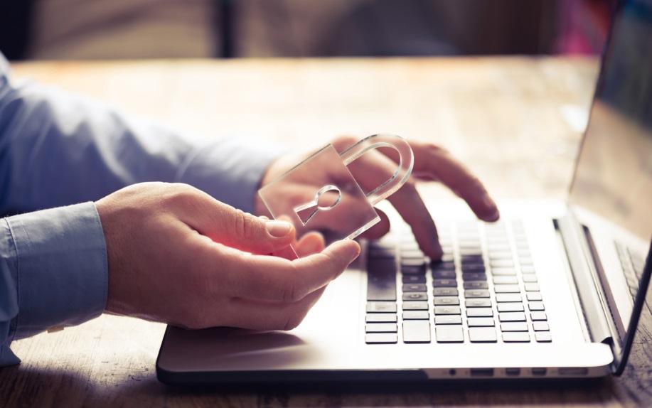 Un homme sur ordinateur avec un cadenas